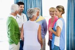 Infirmières parlant avec des aînés Images stock