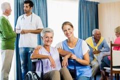 Infirmières prenant soin des aînés Images stock