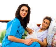 Infirmières utiles avec des patients photographie stock libre de droits