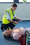 Infirmier à l'aide d'un défibrillateur externe pendant la réanimation cardio-respiratoire Photos libres de droits