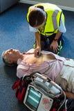 Infirmier examinant un patient pendant la réanimation cardio-respiratoire Photos stock