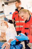 Infirmiers injectant le patient malade dans l'aide d'ambulance Photos libres de droits