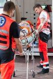 Infirmiers portant la fille inconsciente à l'hôpital Photographie stock libre de droits