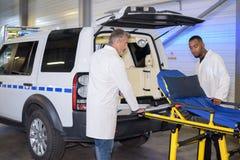Infirmiers près d'une ambulance images stock