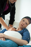 Infirmière vérifiant la respiration du patient Images libres de droits