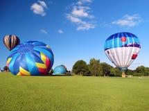 Inflación de los globos del aire caliente foto de archivo