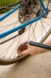 Inflación del neumático de una bicicleta Fotografía de archivo libre de regalías