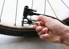 Inflación del neumático de una bicicleta Imágenes de archivo libres de regalías