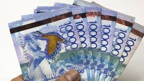 Inflación o devaluación en Kazajistán Emisión de las hipotecas, préstamos, créditos Tenge de los billetes Manojo de dinero Tenge  fotografía de archivo libre de regalías