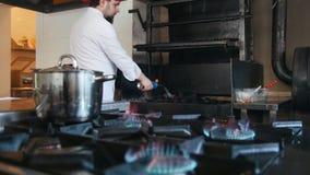 Inflamação do carvão vegetal no forno do assado usando um movimento lento de queimador de gás vídeos de arquivo