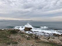 inflamación de la onda en Antibes Imagen de archivo libre de regalías
