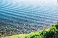Inflamación en el agua en el mar o el océano Poca orilla de la American National Standard de las ondas fotografía de archivo libre de regalías