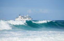 Inflamación y transbordador del mar Foto de archivo libre de regalías
