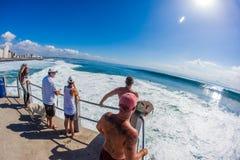 Inflamaciones del ciclón que practican surf zona del salto Foto de archivo libre de regalías