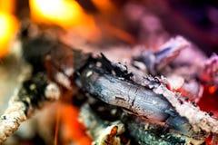 Inflame o fogo Aquecendo as noites frias do inverno Foto de Stock