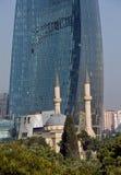 Inflame torres e uma mesquita em Baku Fotos de Stock Royalty Free