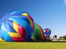 Inflando balões de ar quente Imagens de Stock