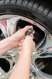 Inflando pneus Fotos de Stock