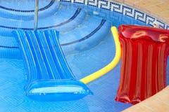 Inflatables op een pool Stock Foto