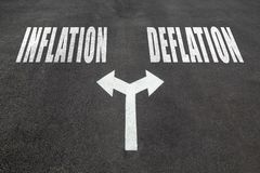 Inflatie versus het concept van de deflatiekeus Stock Afbeeldingen