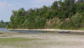Infle el barco en una playa Fotografía de archivo