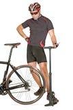 Infle el neumático de la bicicleta Foto de archivo