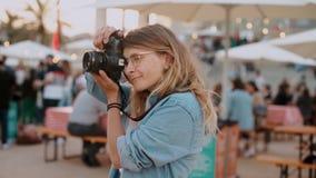 Influencer del blogger del fotógrafo de la muchacha en el festival almacen de metraje de vídeo