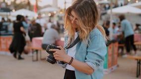 Influencer del blogger del fotógrafo de la muchacha en el festival almacen de video