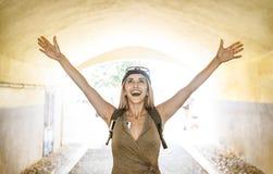 Influencer Reise der jungen Frau, das Glück an genießt, wandern Reise Stockfoto