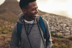 Influencer sociale di media sull'escursione del viaggio fotografie stock