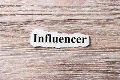 Influencer van het woord op papier Concept Woorden van influencer op een houten achtergrond royalty-vrije stock fotografie