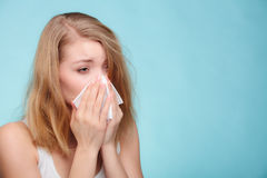 Influensaallergi Sjuk flicka som nyser i silkespapper hälsa royaltyfri bild