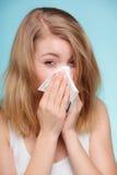 Influensaallergi Sjuk flicka som nyser i silkespapper hälsa arkivfoton