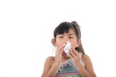 Influensaförkylning eller allergitecken Sjuk ung asiat arkivbild