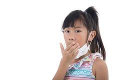 Influensaförkylning eller allergitecken Sjuk ung asiat royaltyfri fotografi
