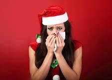 Influenza stagionale Tissu malato della carta della tenuta della donna di frustrazione infelice Immagine Stock