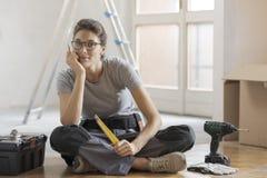 Inflyttning för ung kvinna hennes nya hus och göra en hem- makeover arkivfoto