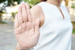 Infographics Biometryczna Azjatycka białogłowa biznesowa kobieta, starzejący się 25-35 rok, jest ubranym białego kostium z ręką s Zdjęcie Royalty Free