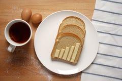 Infographics en la mesa de desayuno Fotografía de archivo