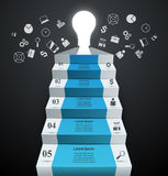 Infographics vers le haut de l'échelle au succès Ampoule et escalier Photographie stock