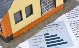 Informação da economia, carta e modelo da casa Fotos de Stock Royalty Free