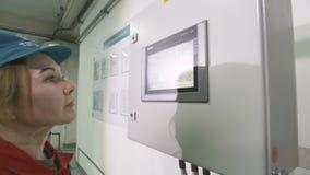 A informação das verificações do empregado na tela faz anotações video estoque