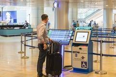 Informação das verificações do turista perto do suporte da informação eletrônica para voos de verificação na entrada de Ben Gurio fotografia de stock
