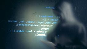 A informação de Digitas está obtendo projetada na parede com um hacker no disfarce perto dela filme