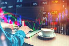 Informação de trabalho da troca do mercado de valores de ação do portátil do homem de negócio Fotografia de Stock Royalty Free