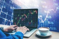 Informação de trabalho da troca do mercado de valores de ação do portátil do homem de negócio Foto de Stock Royalty Free