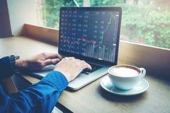 Informação de trabalho da troca do mercado de valores de ação do portátil do homem de negócio Fotos de Stock Royalty Free
