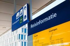 Informação detalhada do curso em uma estação de trem em Groningen, N fotos de stock