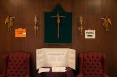 A informação do eleitor assina dentro uma igreja Católica em Manchester, New Hampshire, EUA Imagens de Stock