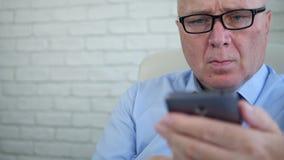 Informação próxima do negócio da tela e do texto do portátil do homem de negócios usando o telefone celular vídeos de arquivo